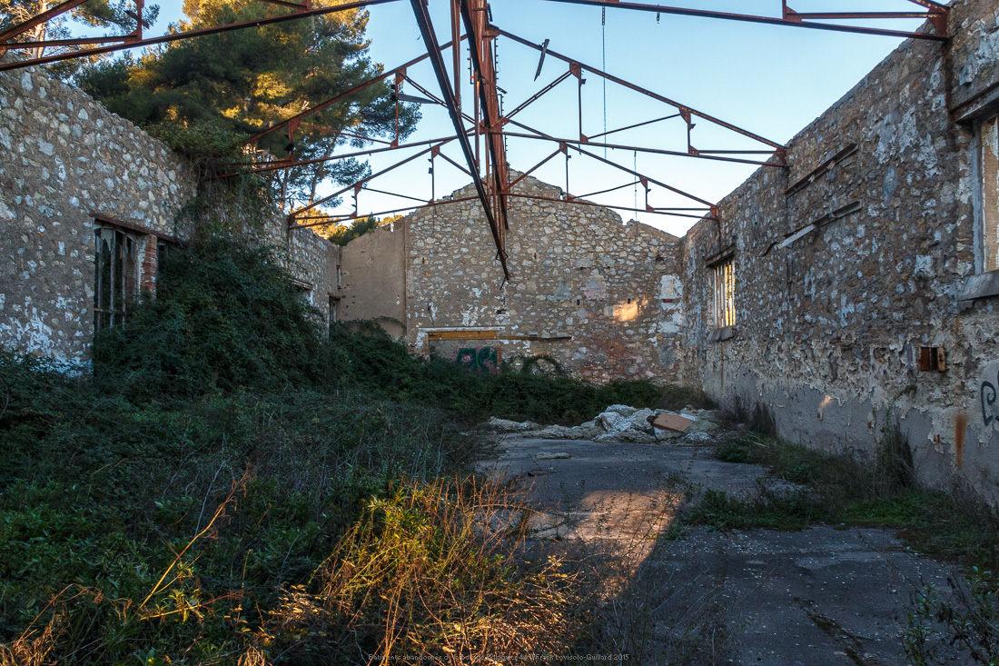 batiments abandonnes de la baie de balaguier 44