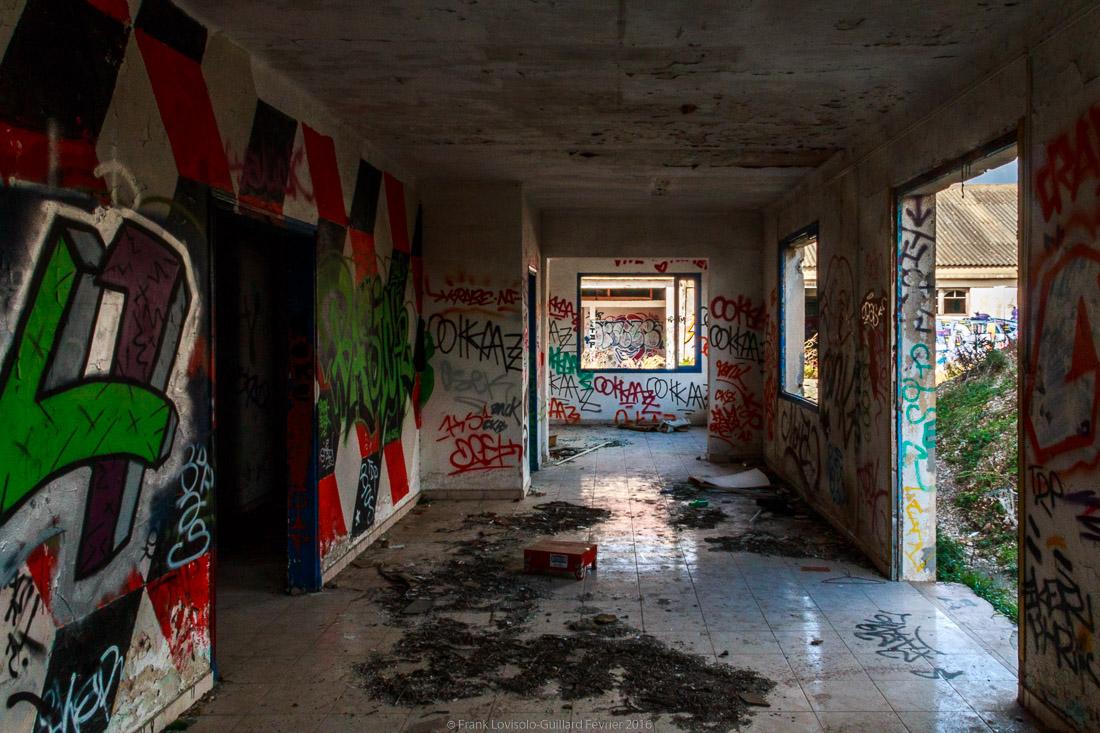 pizza tague sur un mur 024