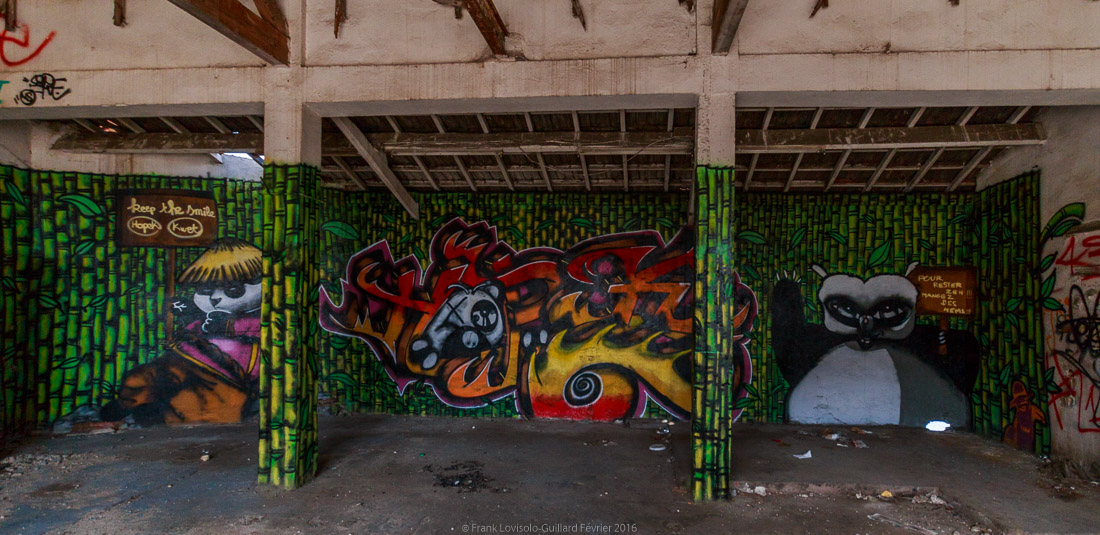 pizza tague sur un mur 035