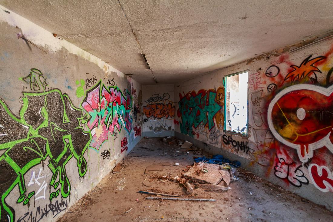 pizza tague sur un mur 040
