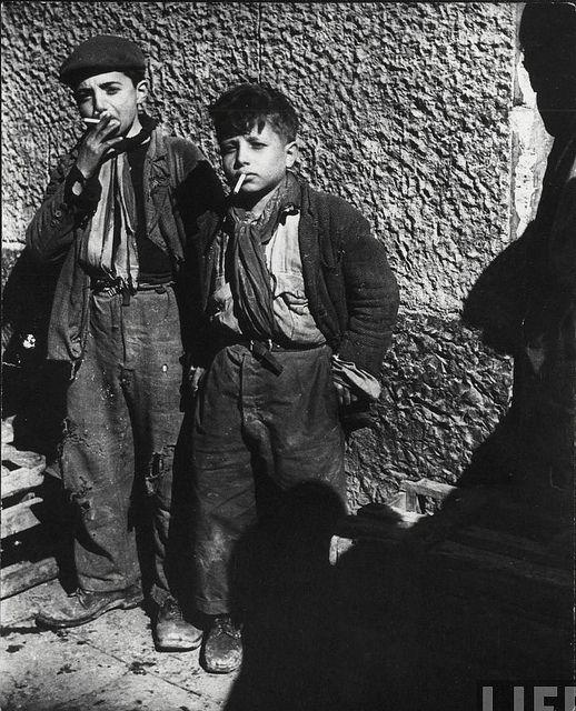 George Rodger: Deux enfants pauvres fumants les cigarettes des GI's 1944