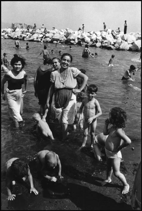 David Seymour - La mère et ses enfants à la plage -Naples - 1948