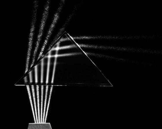 Réfraction des rayons lumineux par un prisme en fonction de l'angle d'incidence initial -  Berenice Abbott