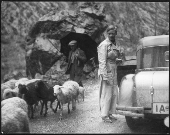 Marianne Breslauer,  (Annemarie Schwarzenbach dans sa voiture et un berger), Pyrénées, 1933