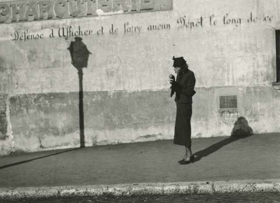 Marianne Breslauer, « Défense d'afficher », Paris, vers 1936, tirage argentique, 20,1 x 27,7 cm