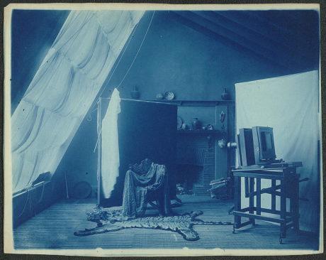 Intérieur du studio de Frances Benjamin Johnston situé au 1332 V St. NW à Washington, DC, montrant une grande caméra et des accessoires disposés pour le portrait