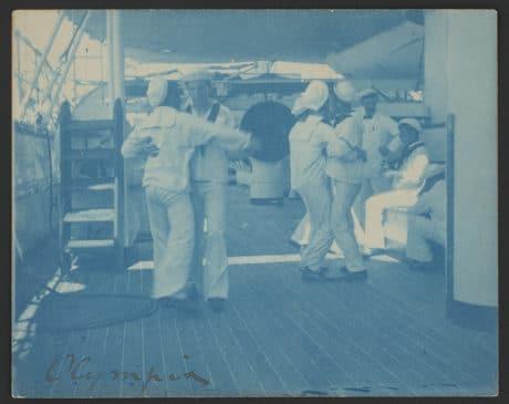 OLYMPIE : Une photographie qui montre des marins à bord de l'OLYMPIA valsant OLYMPIE : Une photographie qui montre des marins à bord de l'OLYMPIA valsantohnston, Frances Benjamin