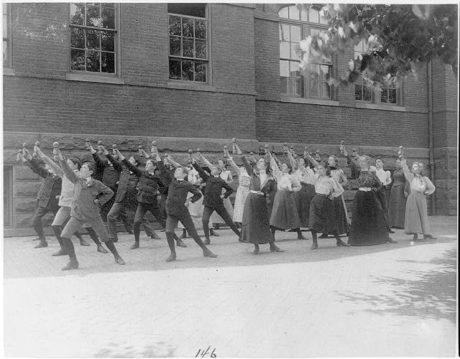 Johnston, Frances Benjamin: Classe d'école de première division faisant de l'exercice avec des haltères dans une cour d'école, Washington, DC (1899?)