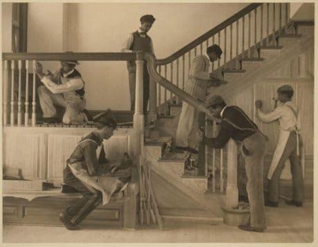 Jeunes Afro-américains, s'entraînant au travail du bois, construisant un escalier dans une maison de Hampton, en Virginie.