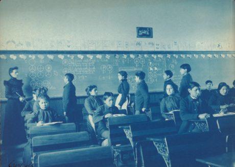 Frances-Benjamin-Johnston Amérindiens dans un cours de mathématiques à Carlile ( vers 1890 )