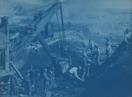 Frances Benjamin Johnston : Des hommes et une pelleteuse à vapeur à Duluth – 1891