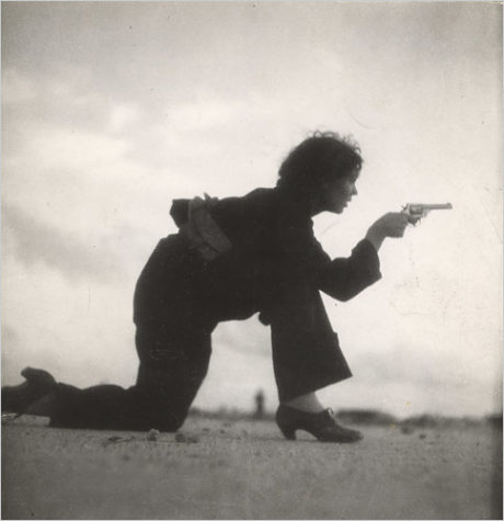 Woman training for a Republican militia, Gerda Taro, photo prise sur une plage de Barcelone, août 1936.