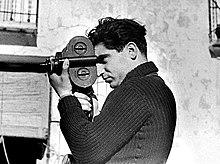 Robert Capa photographié par Gerda Taro en mai 1937.