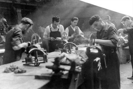 Des hommes travaillant dans une fabrique d'armes à Madrid, Juin 1937 Gerda Taro et Robert Capa © International Center of Photography